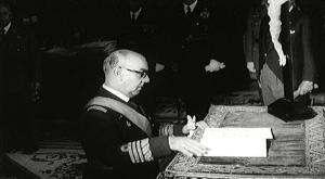 Carrero Blanco jurando su cargo como Jefe de Gobierno
