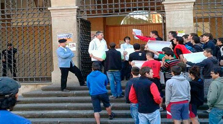 """Garisoain Presidente de la CTC, tratando de dialogar con separatistas """"borrokas"""" en Pamplona"""