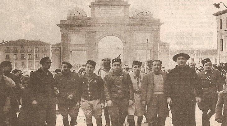 Oficiales de Africa entran en Madrid al frente de sus tropas tras la caida de la capital. Al fondo, la Puerta de Toledo