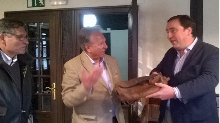 Dr. Isidoro Medina haciendo entrega a don Iñigo Pérez de Rada del maletín del Cura Santa Cruz