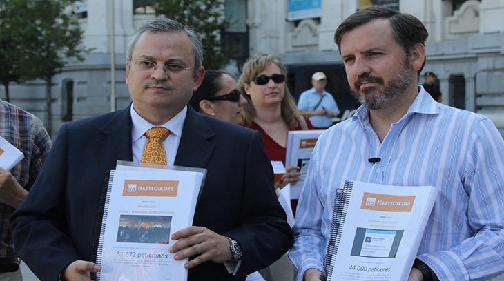 Javier Pérez- Roldán e Ignacio Arsuaga en la entrega de 100.000 firmas pidiendo la distitución de los concejales violentos del Ayuntamiento de Madrid.