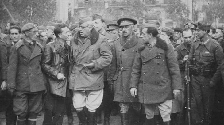 El general Yagüe, jefe del Cuerpo de Ejército marroquí, el coronel Barrón y Dioniso Ridruejo, jefe nacional de Propaganda, entre otros mandos militares, en la plaza Catalunya.