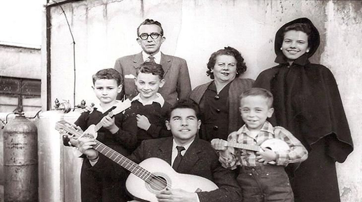 Miquel Serra i Pàmies (de pie), su mujer Teresa y su hija Maria Rosa, en México, en 1956.
