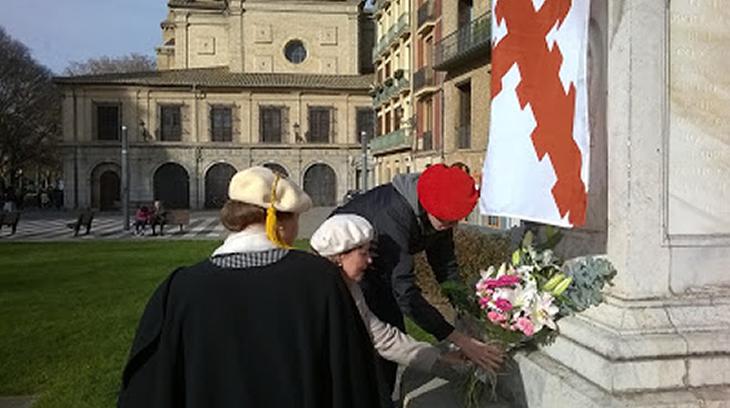 Un joven y una margarita colocan la flores a la Inmaculada ante la mirada de la Presidente de la CTC.