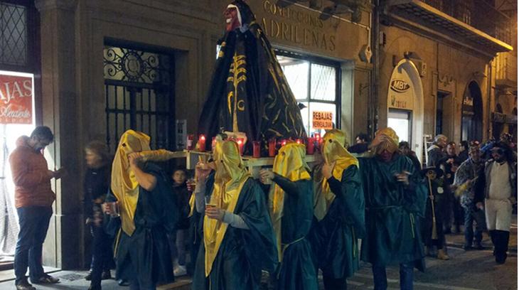 Paseo de la PROFANACIÓN blasfema por la Calle Mayor de Pamplona. Preferimos, por la aversión que nos produce, no ampliar la cara. Que es la cara de un diablo. Con eso está dicho todo.