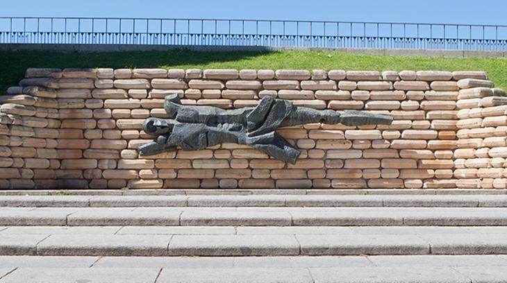 Monumento en recuerdo a los asesinados en el Cuartel de la Montaña