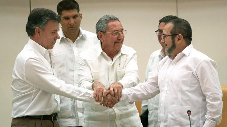 """Juan Manuel Santos, Raúl Castro y """"Timochenko""""."""