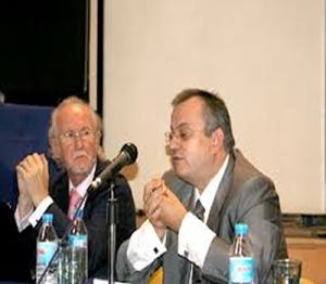 En primer plano Javier Pérez- Roldán en una conferencia