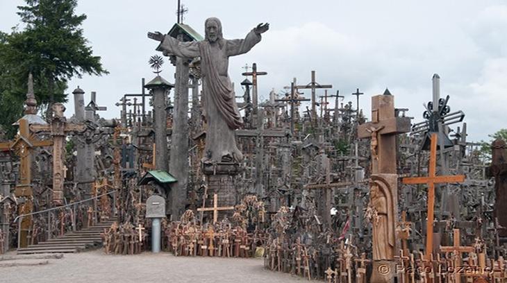 La Colina de las Cruces está situada a trece kilómetros al noreste de la ciudad de Siauliai (Lituania)