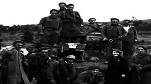 Frente de Aragón, 1938. Requetés y voluntaria de Frentes y Hospitales con un tanque. Archivo Soldevilla.