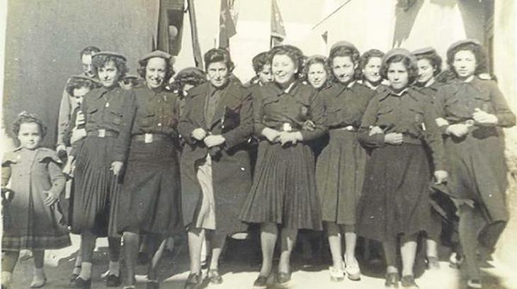 Pilar Primo de Rivera --en el centro, falda clara-- junto a un grupo de mujeres de la Sección Femenina.