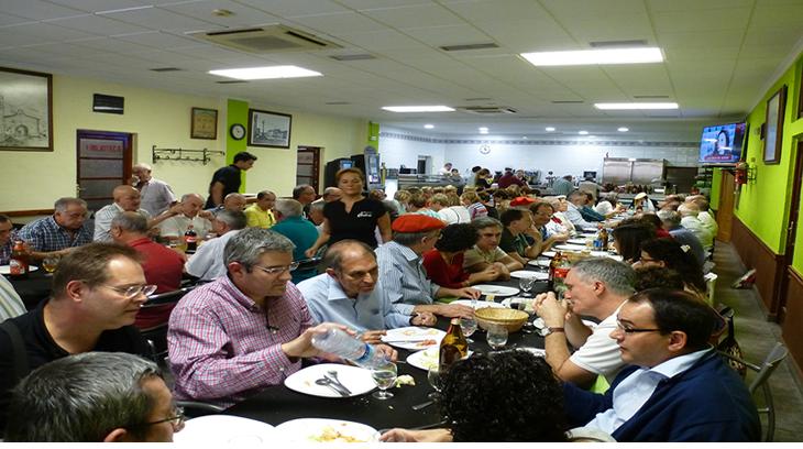 Un momento de las animadas comidas en el Foro Alfonso Carlos I del año 2015