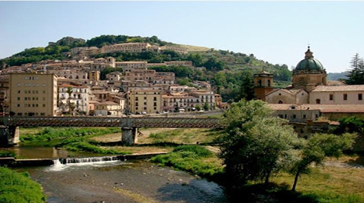 Panorámica de Cosenza y de la confluencia de los ríos Crati y Busento desde el Puente de Alarico, lugar en el que la tradición asegura fueron inhumados los restos mortales del caudillo visigodo
