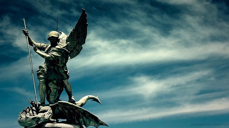 El Arcangel San Miguel es el protector de la Iglesia.